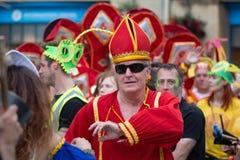 Mann gekleidet als Kardinal am Bad-Karneval lizenzfreies stockbild