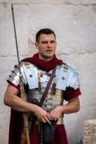 Mann gekleidet herauf als römischen Legionnär stockbilder