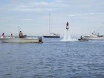 Mann genießt ein Wasserstrahlzubehör zu einem Jet-Ski in Nantucket lizenzfreies stockfoto