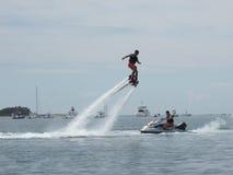 Mann genießt ein Wasserstrahlzubehör zu einem Jet-Ski in Nantucket stockfoto