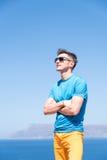 Mann genießt seine Ferien in Griechenland nahe dem Meer Lizenzfreie Stockbilder