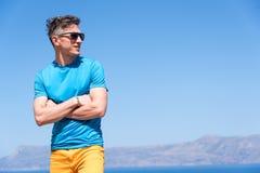 Mann genießt seine Ferien in Griechenland nahe dem Meer Stockbild