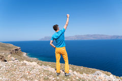 Mann genießt seine Ferien in Griechenland nahe dem Meer Stockbilder