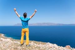 Mann genießt seine Ferien nahe dem Meer Stockbilder