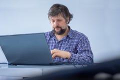 Mann gerichtet auf Arbeit Zu Hause arbeiten Der kreative Medienvertriebsleiter, der importnant Aufgaben tut, haben beschäftigte F stockfotografie