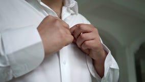 Mann gesetzt auf Hemd stock video footage