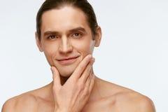 Mann-Gesichts-Sorgfalt Mann-rührende glatte Haut nachdem dem Rasieren stockfotografie