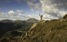 Mann gestanden auf Berg Lizenzfreie Stockfotos