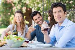 Mann-Getränk-Glas Wein stockbilder