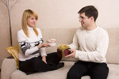 Mann gibt Geschenkfrau am Valentinsgruß? s-Tag. stockfotos