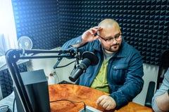 Mann gibt Interview im Radiostudio stockfotos