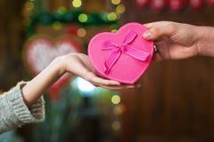 Mann gibt Mädchengeschenk an Valentinsgruß ` s Tag Stockbild