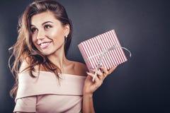 Mann gibt seiner Freundin für Valentinsgrußtag eine Geschenkbox lizenzfreie stockfotos
