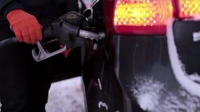 Mann gießt Benzin in das Auto stock video footage