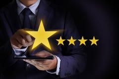 Mann-glücklicher Kunde geben die fünf Stern-Bewertungs-Erfahrungs-Kundense stockfotos