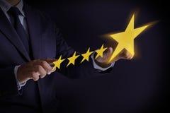 Mann-glücklicher Kunde geben die fünf Stern-Bewertungs-Erfahrungs-Kundense lizenzfreie stockbilder