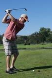 Mann-Golf spielen Lizenzfreies Stockbild