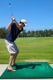 Mann-Golf spielen Stockfotos