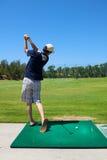 Mann-Golf spielen Lizenzfreie Stockbilder