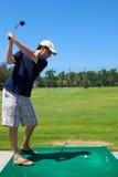 Mann-Golf spielen stockbilder