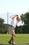 Mann-Golf spielen stockbild