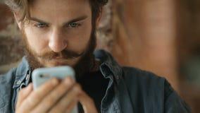 Mann grast das Internet stock video