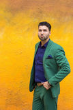 Mann gren herein Klage auf gelbem Wandhintergrund Lizenzfreies Stockfoto