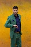 Mann gren herein Klage auf gelbem Wandhintergrund Stockfoto