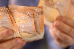 Mann-Griff-Bündel des Geld-Einsparungens-Finanzkonzeptes stockbilder