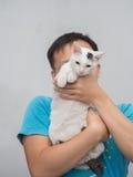 Mann-Griff seine Cat Up Lizenzfreie Stockfotos