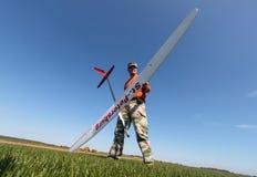 Mann hält das RC Segelflugzeug an Lizenzfreies Stockbild