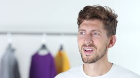 Mann hält die Kleidung Abschluss oben stock video footage