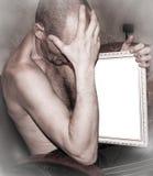 Mann hält ein Bild Stockbild