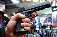 Mann hält ein Gewehr Stockfotos