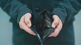 Mann hält eine leere Geldbörse in seiner Hand stock footage