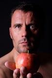 Mann hält einen Apfel an Lizenzfreies Stockfoto