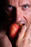 Mann hält einen Apfel an Lizenzfreies Stockbild