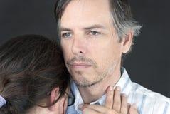 Mann hält Frau, Frontseite an Stockbild