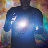Mann hält Galaxie Stockfoto