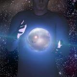 Mann hält Planeten und Raum Stockfotografie