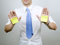 Mann hält Post-It an Lizenzfreie Stockfotos