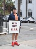 Mann hält Walter Scott-RISS-Zeichen, Charleston, South Carolina Lizenzfreies Stockfoto