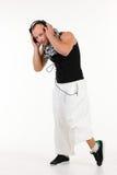 Mann in hörender Musik der Hip-Hop-Ausstattung Stockbild