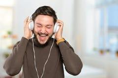 Mann hört Musik Lizenzfreies Stockbild