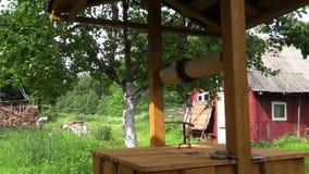 Mann hackt Holz im Gehöftyard, tägliche Dorfbewohnerhaushaltsarbeit stock footage