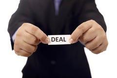 Mann halten Papier mit Abkommen-Text Lizenzfreie Stockfotos