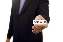 Mann halten Papier mit Antwort-Text Stockbilder