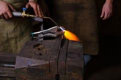 Mann halten zu schweißen im Hand- und Heizung metall Lizenzfreie Stockbilder