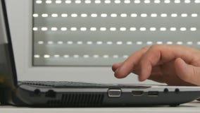 Mann-Handdas rütteln nervös grasen Internet-zugreifende Laptop-drahtlose Verbindung stock footage