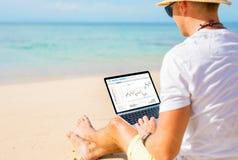 Mann Handels-cryptocurrencies auf dem Strand lizenzfreie stockfotos